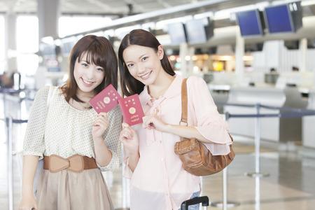 pasaporte: Las mujeres que sonríen con un pasaporte