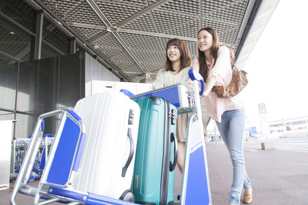 Women who carry to put the suitcase to cart