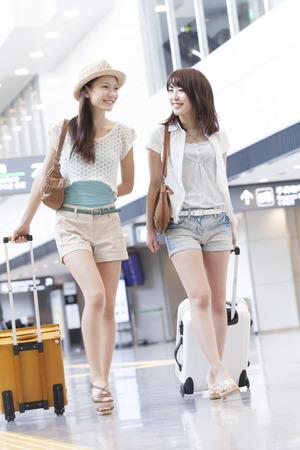 gente aeropuerto: Mujer paseando por el aeropuerto
