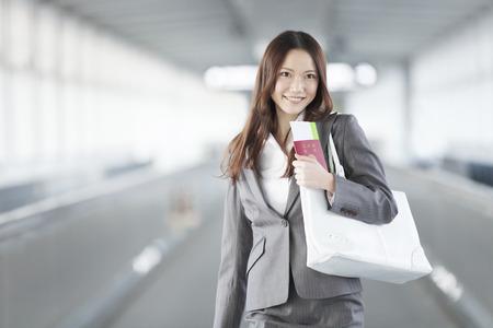 通路を歩くパスポートがある実業家