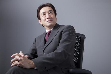 椅子に座って笑っているビジネスマン