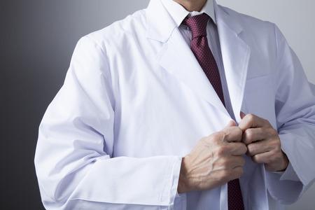 bata blanca: Médicos veteranos que llevan bata blanca de laboratorio Foto de archivo