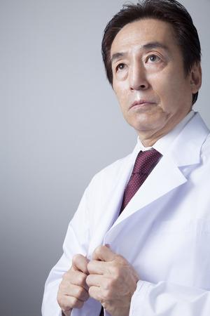 lab coat: Médicos veteranos que llevan bata blanca de laboratorio Foto de archivo