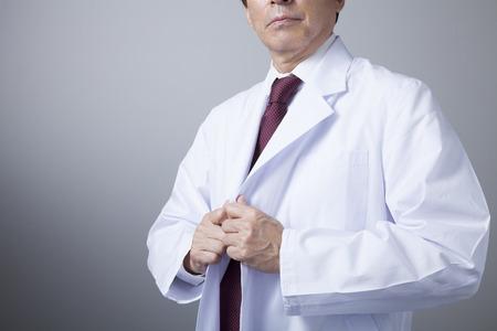 bata de laboratorio: Médicos veteranos que llevan bata blanca de laboratorio Foto de archivo