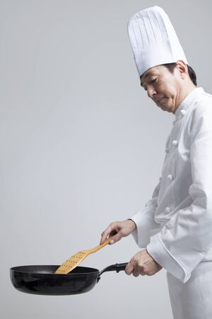 Chef to cook in a frying pan Standard-Bild