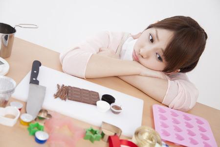 여자는 케이크 만들기로 고통받습니다. 스톡 콘텐츠