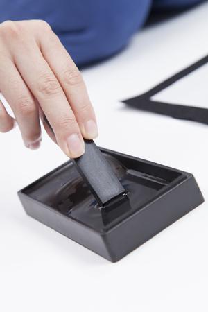 여자의 손이 잉크