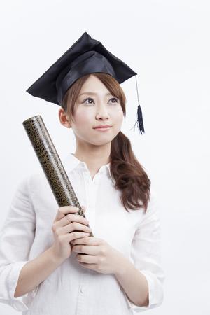 자격증을 들고 여성 대학생