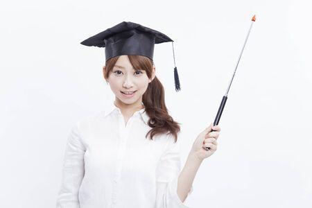 대학 여자 포인팅 스틱과 미소