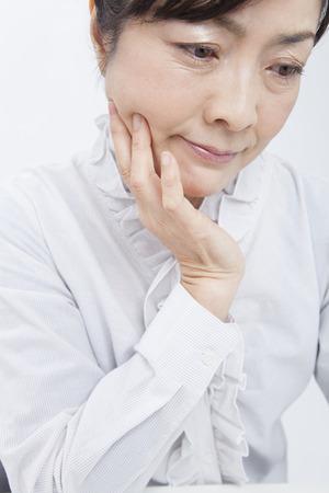 ones: Businesswoman to rest ones chin in ones hands