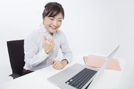 guts: Businesswoman to guts pose desk