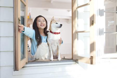 female dog: Abra las ventanas y mirar hacia el cielo como ni�a