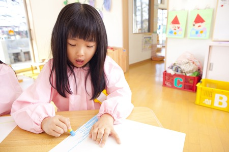 drawing room: Kindergarten girls draw with crayons