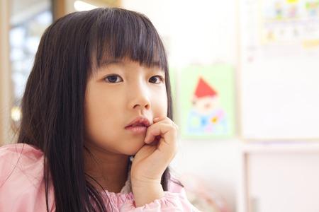 smocking: Kindergarten girls to the thinking