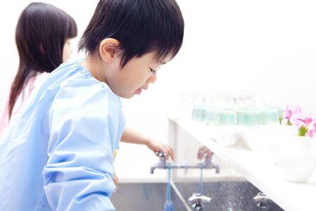 handwash: Los ni�os de kindergarten a lavarse las manos Foto de archivo