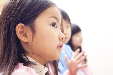 lavamanos: De las niñas de jardín de infantes perfil Foto de archivo