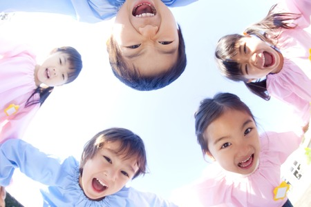 Mateřská škola pět lidí smát v kruhu Reklamní fotografie