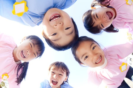 kindy: Kindergarten five people laugh in a circle