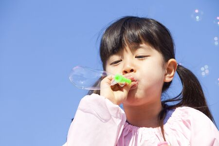 smocking: Kindergarten girls to wipe the soap bubble