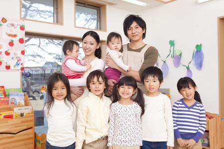 Garderie 2 personnes et enfants sourient Banque d'images - 49266338