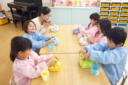 maestra jardinera: Maestra de Kindergarten come el almuerzo y los ni�os de jard�n de infantes