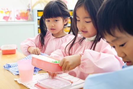 Kindergarten kinderen om te lunchen Stockfoto