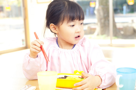 smocking: Kindergarten girl to eat lunch