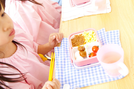 kindy: Kindergarten girl to eat lunch