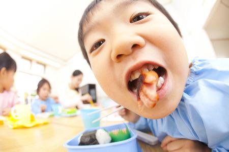 smocking: Kindergarten boys lunch