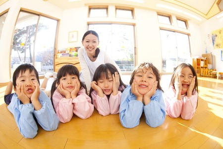 Kindergarten and smile kindergarten teachers of that smile and with the Hozue Stock Photo