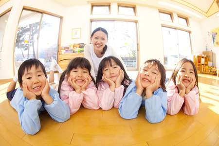 Kindergarten and smile kindergarten teachers of that smile and with the Hozue 스톡 콘텐츠