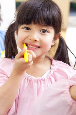 Kindergarten girls to the toothpaste