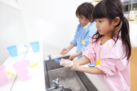 handwash: Kindergarten children to wash hands
