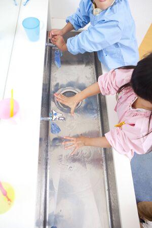 lavamanos: Los ni�os de kindergarten a lavarse las manos Foto de archivo