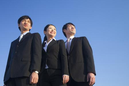 La gente de negocios miran hacia el cielo Foto de archivo - 39873876
