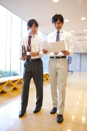 verify: Uomo d'affari due persone per verificare il contenuto del materiale