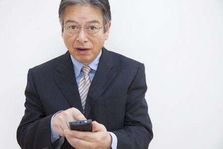 スマート フォンを操作するビジネスマン 写真素材