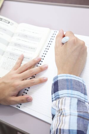 looseleaf: Hand of male college students to study