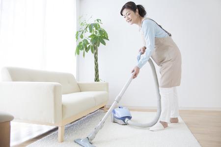 Housewives vacuuming Stok Fotoğraf - 43754501