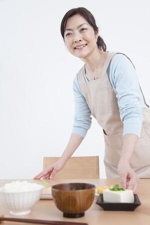Housewife carrying a breakfast Reklamní fotografie