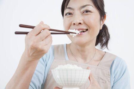 comiendo cereal: El ama de casa para comer arroz blanco