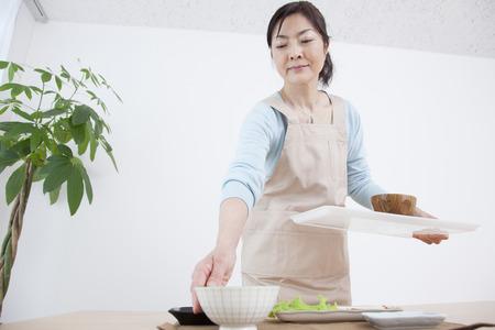 お皿を片付けるは主婦
