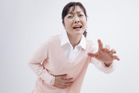 abdominal pain: Mujer de mediana sufren de dolor abdominal
