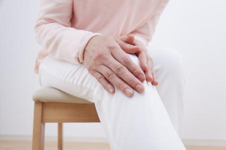 中央の女性の膝が痛い