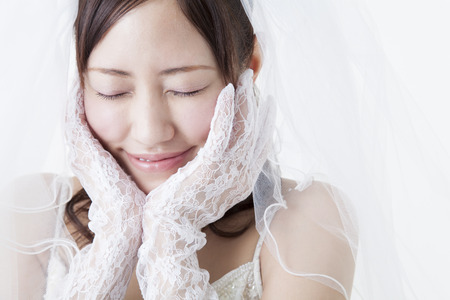 devote: Bride to devote both hands to the face Stock Photo