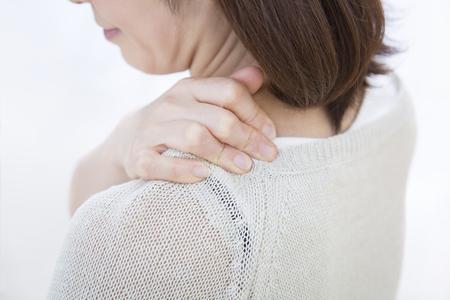 중동 여성은 어깨 결림으로 고생