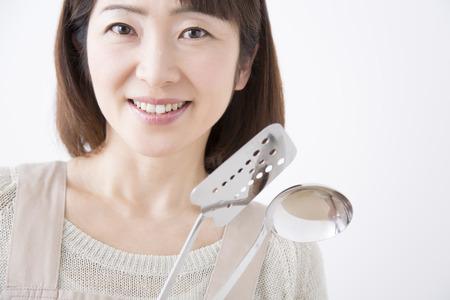 cookware: Ama de casa con una sonrisa utensilios de cocina