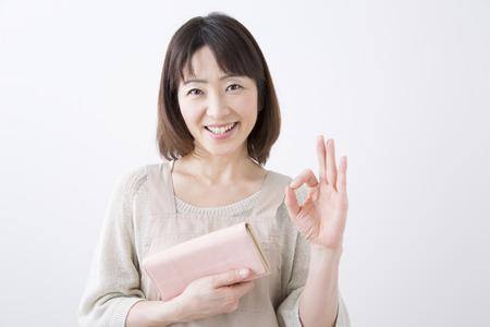 Ama de casa que sonríe con un bolso Foto de archivo - 43754733