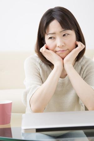 あごの真ん中の女性