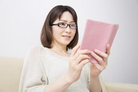 seres vivos: Middle woman reading Foto de archivo